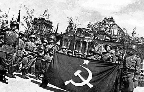 російські солдати з прапором СРСР