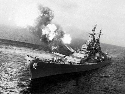 бойовий корабель робить постріл