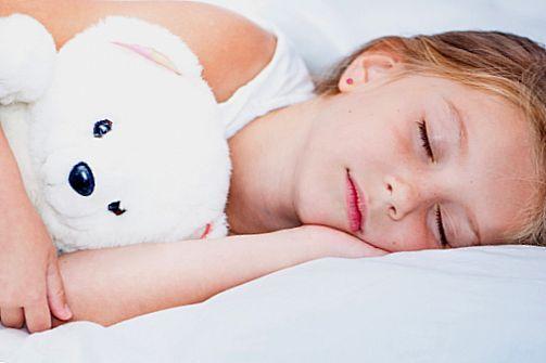 дитина спить з ведмедиком