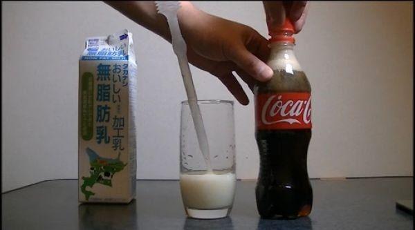 Молоко перетворює колу в прозору рідину (12 фото)